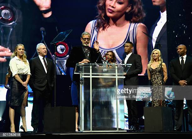 "Actors Maika Monroe, Brent Spiner, Jeff Goldblum, Vivica A. Fox and Jessie Usher accept the Ensemble of the Universe Award for ""Independence Day:..."