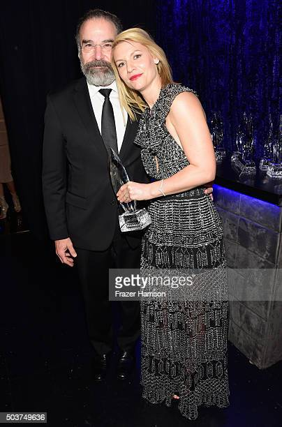 """Actors Mandy Patinkin and Claire Danes pose with the award for """"Favorite Premium Cable TV Show"""" at the People's Choice Awards 2016 at Microsoft..."""