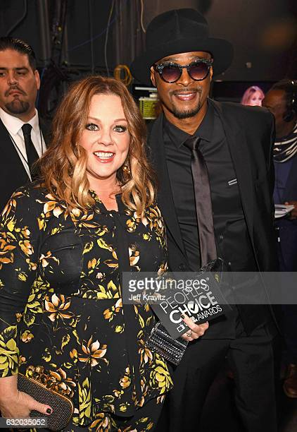 Actors Melissa McCarthy and Damon Wayans pose with an award backstage during the People's Choice Awards 2017 at Microsoft Theater on January 18 2017...