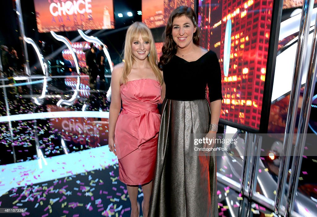 Actors Melissa Rauch (L) and Mayim Bialik attend The 41st Annual People's Choice Awards at Nokia Theatre LA Live on January 7, 2015 in Los Angeles, California.