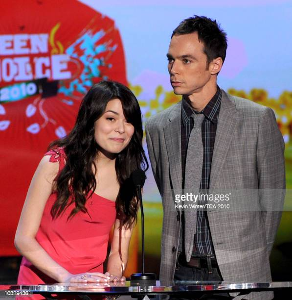 Actors Miranda Cosgrove and Jim Parsons speak onstage during the 2010 Teen Choice Awards at Gibson Amphitheatre on August 8 2010 in Universal City...
