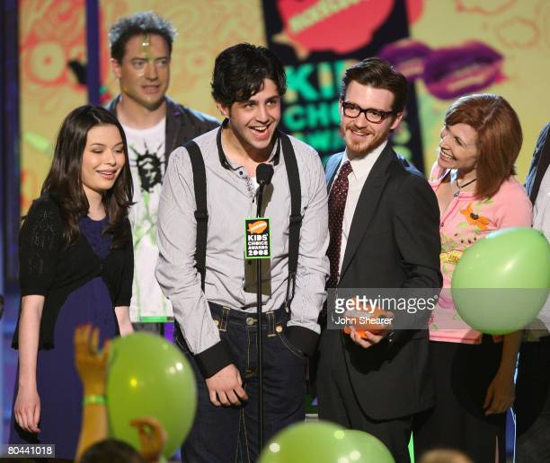 Actors Miranda Cosgrove Josh Peck Drake Bell and Nancy Sullivan from TV show 'Drake and Josh' onstage during Nickelodeon's 2008 Kids' Choice Awards...