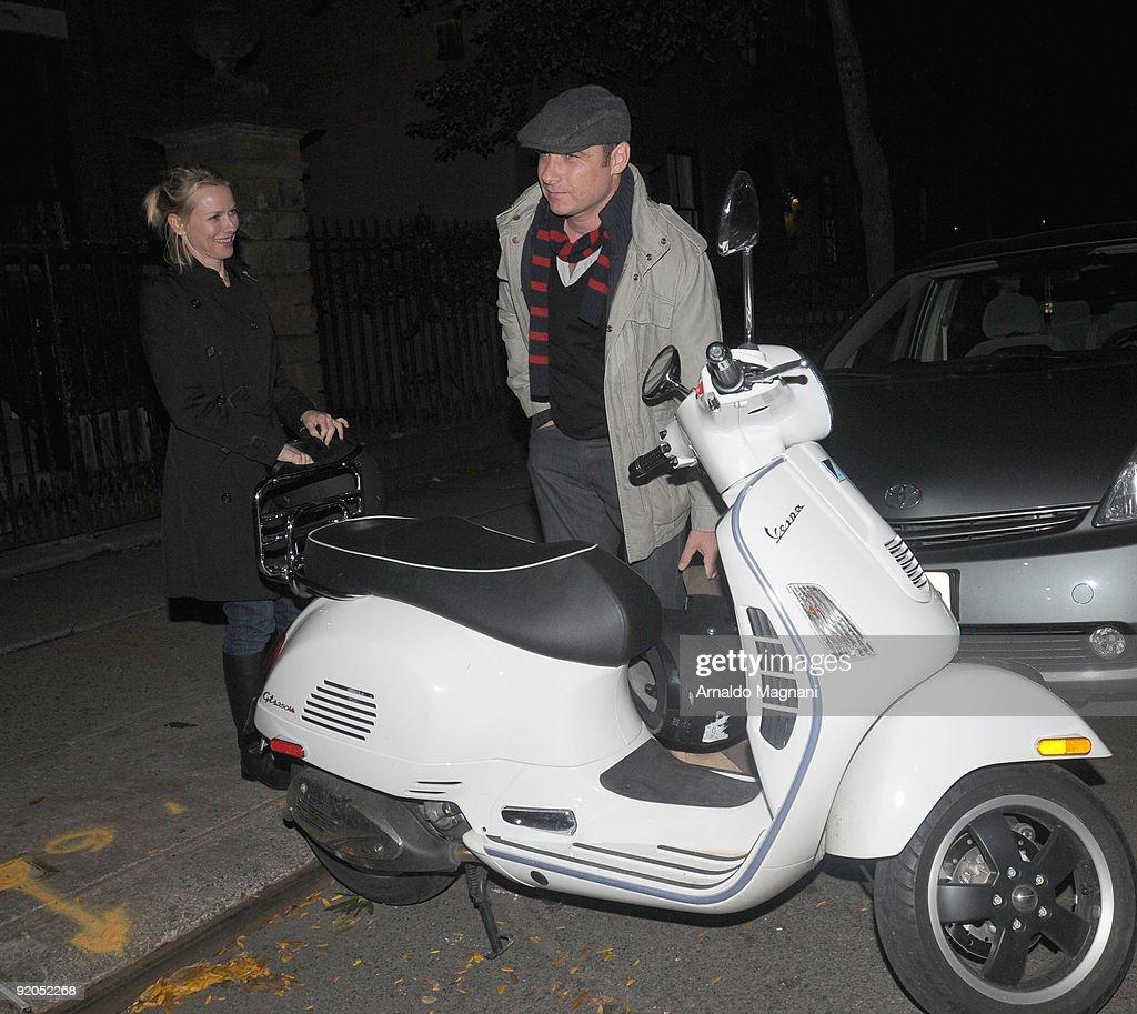 Candids: October 19, 2009 : News Photo