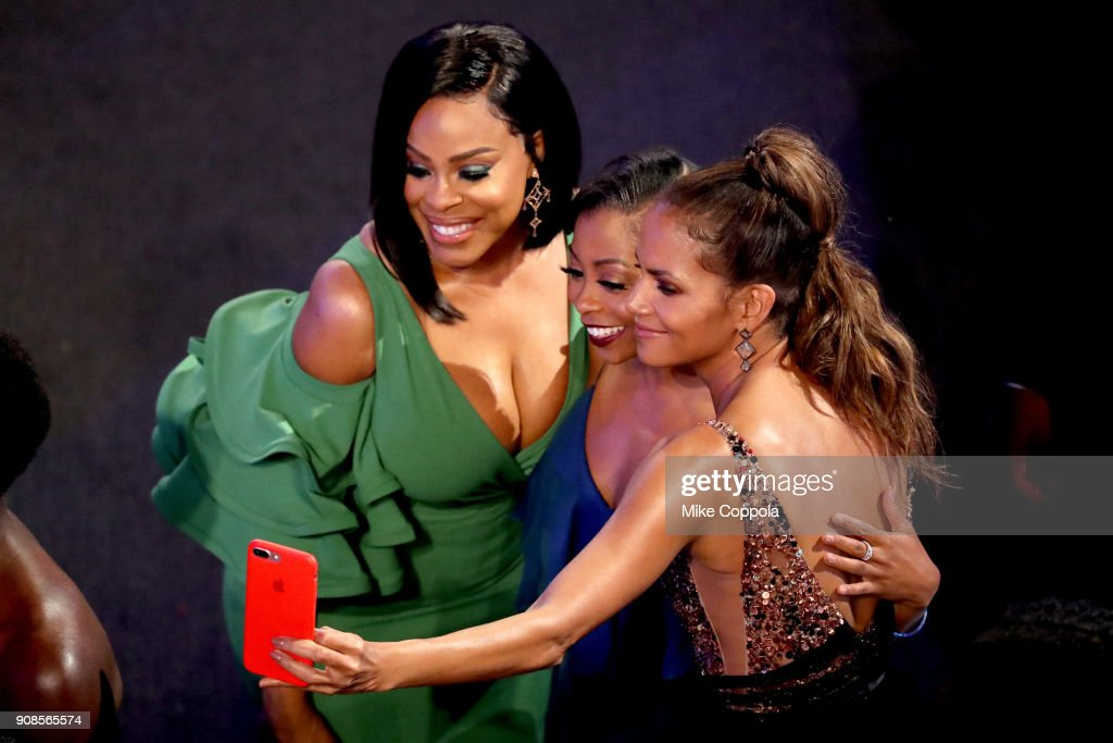 Actors Niecy Nash, Bresha Webb and Halle Berry during the 24th Annual Screen Actors Guild Awards at The Shrine Auditorium on January 21, 2018 in Los Angeles, California. 27522_014