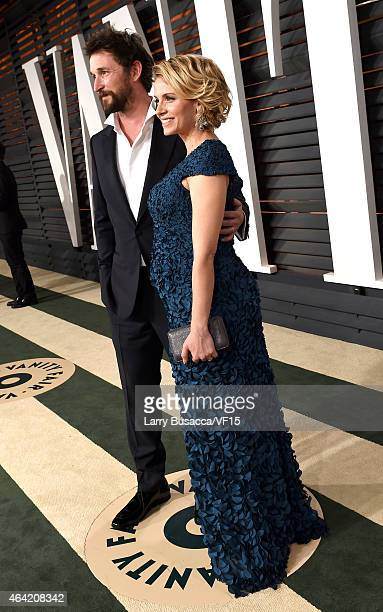 Actors Noah Wyle and Sara Wells attend the 2015 Vanity Fair Oscar Party hosted by Graydon Carter at the Wallis Annenberg Center for the Performing...