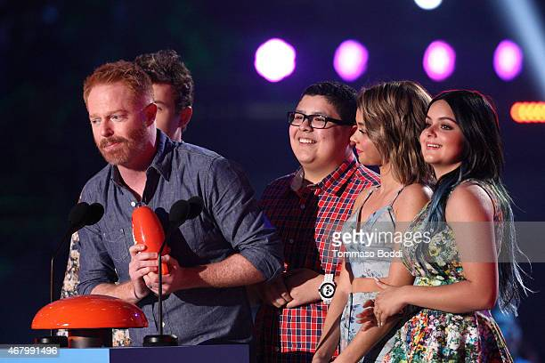 Actors Nolan Gould Jesse Tyler Ferguson Rico Rodriguez Sarah Hyland and Ariel Winter accept the award for Favorite Family TV Show for 'Modern Family'...