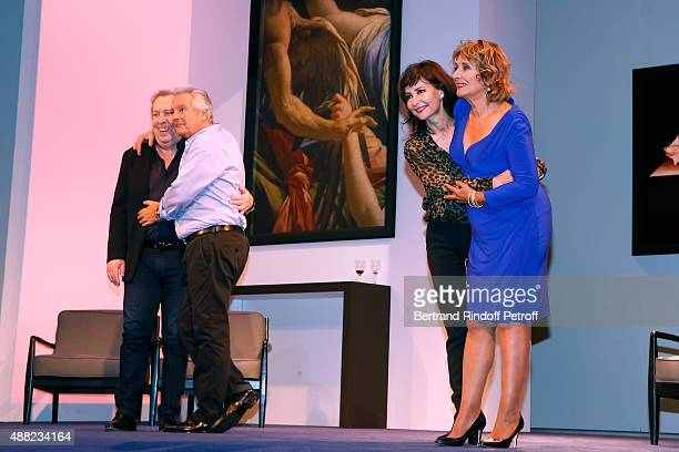 Actors of the Piece JeanMichel Dupuis Pierre Arditi Evelyne Bouix and Josiane Stoleru acknowledge the applause of the audience at the end of 'Le...