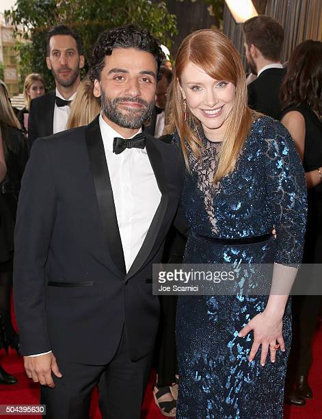 Actors Oscar Isaac and Bryce Dallas Howard attend the 73rd Annual Golden Globe Awards held at the Beverly Hilton Hotel on January 10 2016 in Beverly...