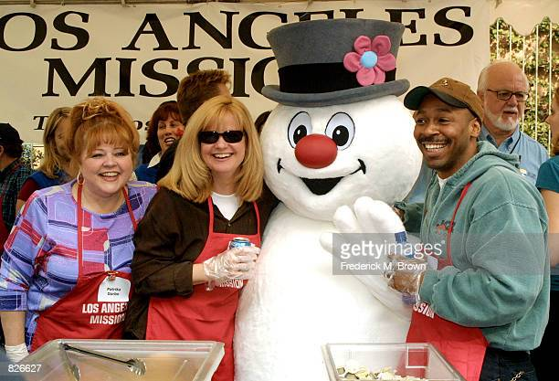 Actors Patrika Darbo and Bonnie Hunt Mr Snowman and musician Kevin Eubanks attend the Thanksgiving Day Meal for the homeless at the Los Angeles...