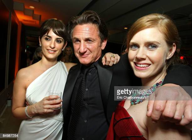 Actors Penelope CruzSean Penn and Isla Fisher attend the 2009 Vanity Fair Oscar party hosted by Graydon Carter at the Sunset Tower Hotel on February...