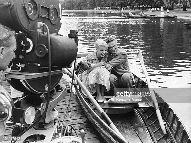 Actors Peter FINCH and Mary PEACH playing in a scene from Ralph THOMAS' film NO LOVE FOR JOHNNIE on the lake at Regent's Park in London on July 15...