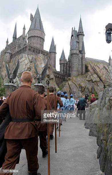 14 Universal Orlando Wizarding World Of Harry Potter Theme Park Preview Photos And Premium High Res Pictures Getty Images Durmstrang institute est fait pour vous, son école guerrière et stricte vous formera à vous confronter aux meutes de lycans qui sévissent dans des régions aux températures sibériennes. https www gettyimages co uk photos universal orlando wizarding world of harry potter theme park preview