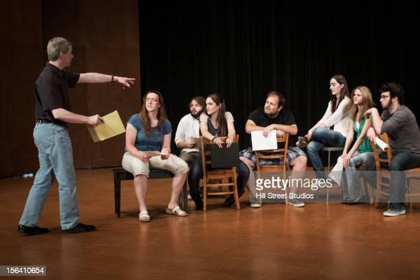 actors rehearsing on stage - acteur stockfoto's en -beelden
