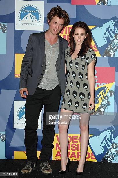 Actors Robert Pattinson and Kristen Stewart poses in the press room at the 2008 MTV Video Music Awards at Paramount Pictures Studios on September 7...