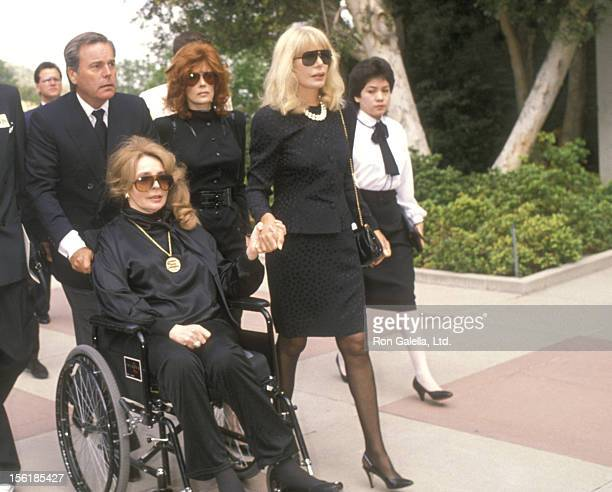 Actors Robert Wagner Jill St John Loretta Swit and Madlyn Rhue attend the Funeral Service of Sammy Davis Jr on May 18 1990 at Forest Lawn Memorial...