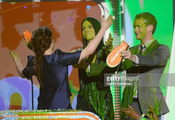 Actors Sandra Bullock Kristen Stewart winner of Favorite Movie Actress for The Twilight Saga Breaking Dawn – Part 2 and Neil Patrick Harris speak...