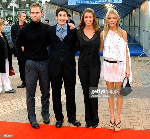 Actors Seann William Scott Jason Biggs Shannon Elisabeth and Tara Reid arrive for the Premiere of ''American Pie 2'' September 2 2001 at the...