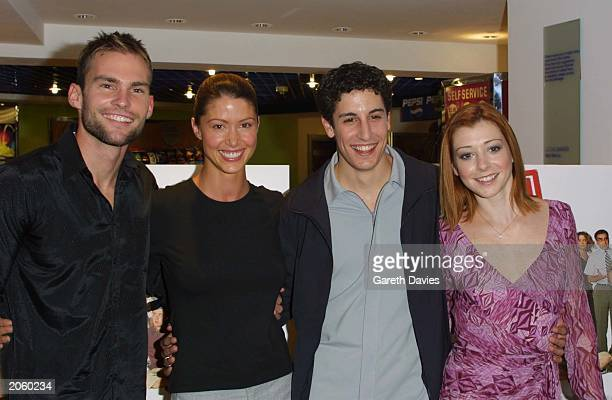 Actors Seann William Scott Shannon Elizabeth Jason Biggs and Alyson Hannigan pose for photos at the opening of the film 'American Pie 2' in which...