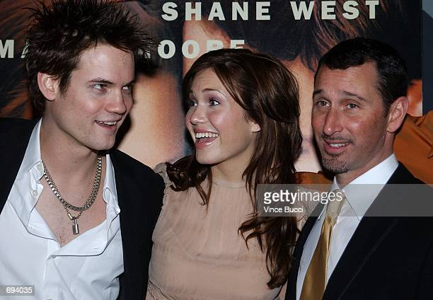 Actors Shane West Mandy Moore and director Adam Shankman attend the premiere of the film A Walk To Remember January 23 2002 at the Chinese Theatre in...