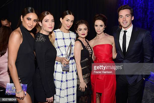 Actors Shay Mitchell Ashley Benson Troian Bellisario Lucy Hale Abigail Spencer and Ian Harding with the award for 'Favorite Cable TV Drama' attend...