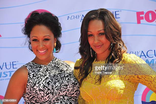 Actors Tamera Mowry and Tia Mowry arrive at the 2012 Teen Choice Awards held at the Gibson Amphitheatre in Universal City California