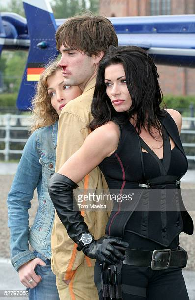 Actors Tanja Wenzel Drew Fuller Alison King pose for photographers at a photocall for the TVMovie 'Dark Ride' at Schlossplatz on May 11 2005 in...