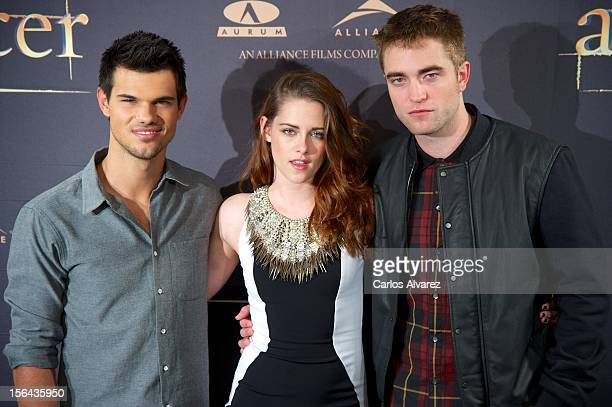Actors Taylor Lautner Kristen Stewart and Robert Pattinson attend the 'The Twilight Saga Breaking Dawn Part 2' photocall at the Villamagna Hotel on...