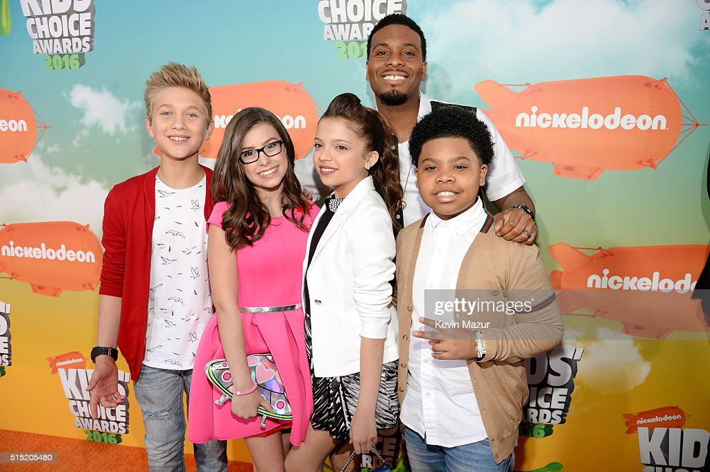 Actors Thomas Kuc, Madisyn Shipman, Cree Cicchino, Kel Mitchell (behind) and Benjamin Flores Jr. attend Nickelodeon's 2016 Kids' Choice Awards at The Forum on March 12, 2016 in Inglewood, California.