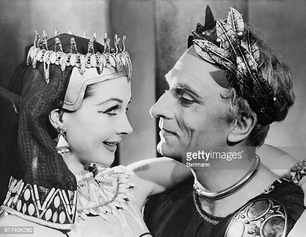 Actors Vivien Leigh and Laurence Olivier in a theatre production of Shakespeare's Anthony and Cleopatra 1951