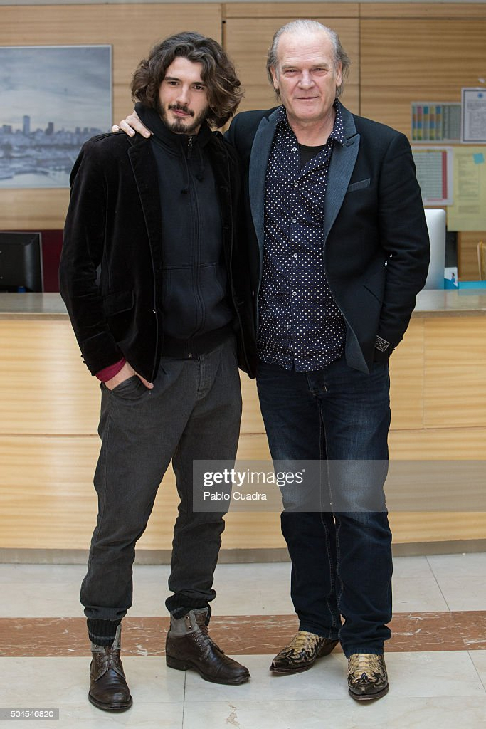 ¿Cuánto mide Lluís Homar? Actors-yon-gonzalez-and-lluis-homar-present-bajo-sospecha-second-on-picture-id504546820