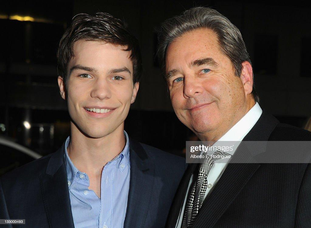 "Premiere Of Fox Searchlight's ""The Descendants"" - Red Carpet : News Photo"
