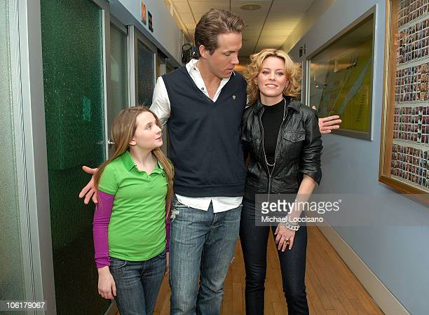 Actress Abigail Breslin actor Ryan Reynolds and actress Elizabeth Banks appear on MTV's 'TRL' at MTV Studios in New York City's Times Square on...