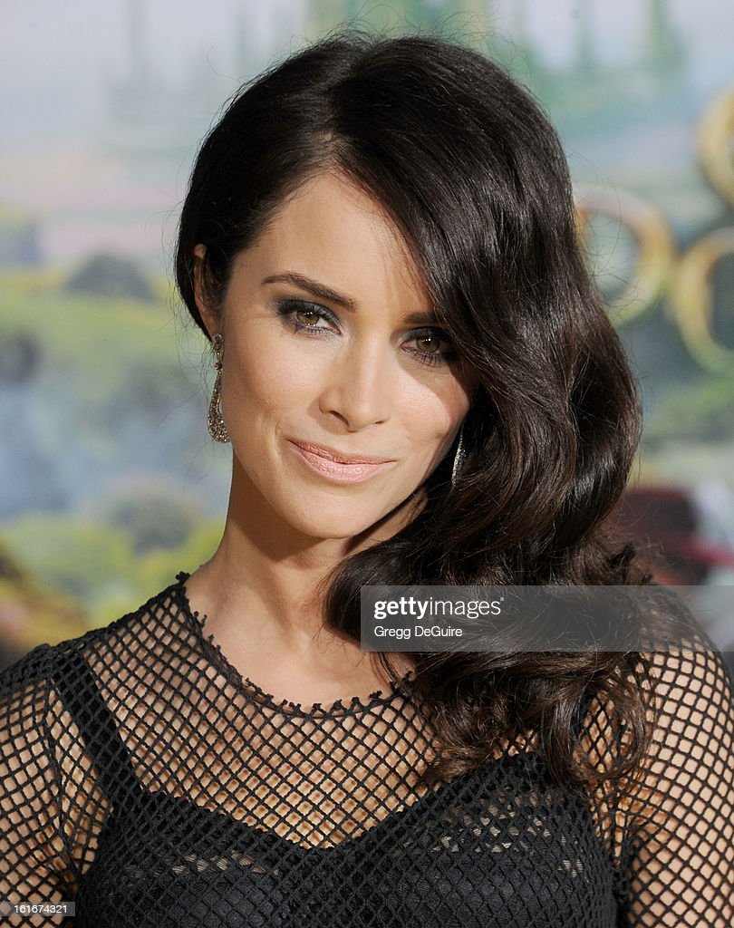 Actress Abigail Spencer arrives at the Los Angeles premiere of 'Oz The Great and Powerful' at the El Capitan Theatre on February 13, 2013 in Hollywood, California.