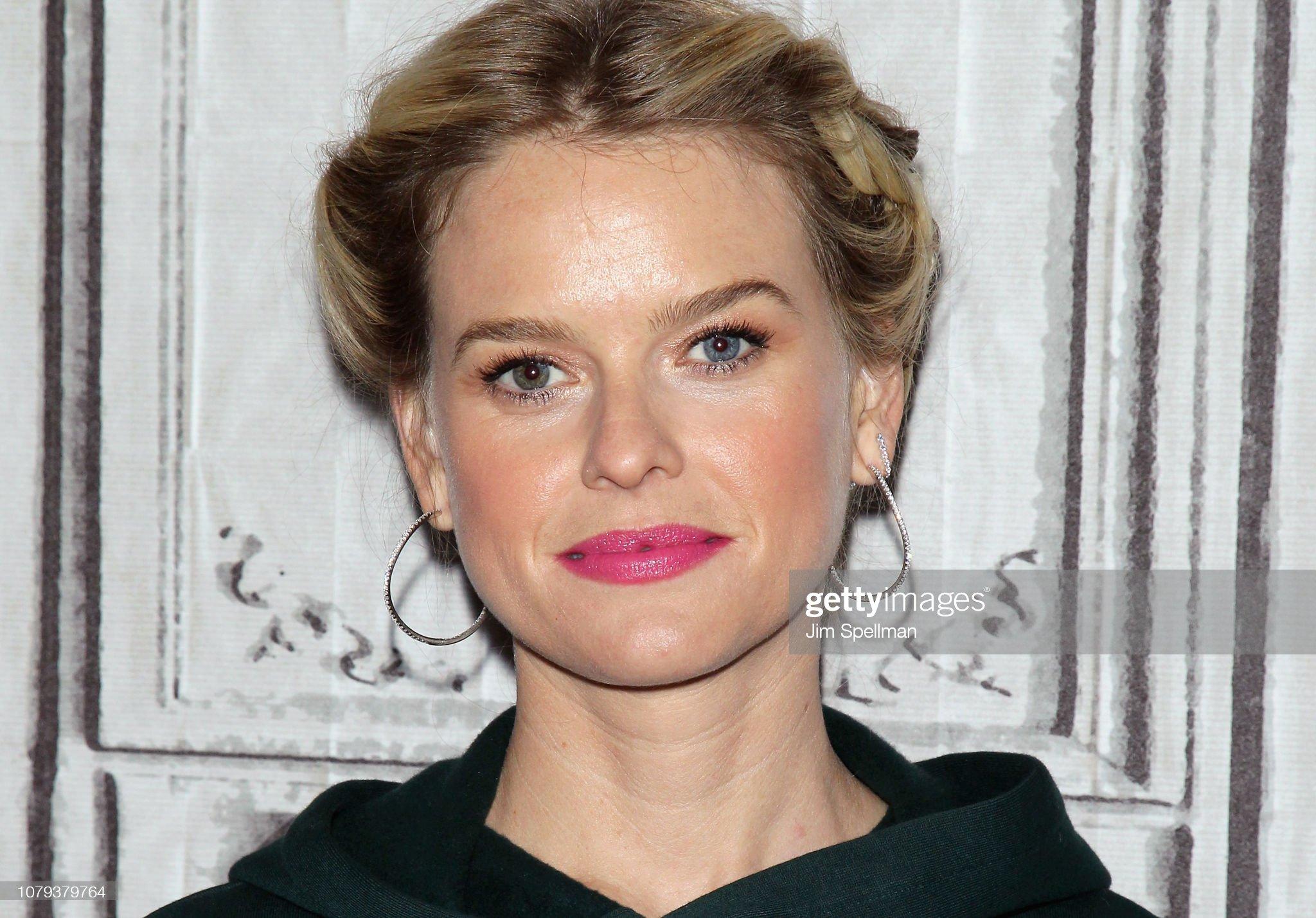COLOR DE OJOS (clasificación y debate de personas famosas) - Página 3 Actress-alice-eve-attends-the-build-series-to-discuss-replicas-at-picture-id1079379764?s=2048x2048