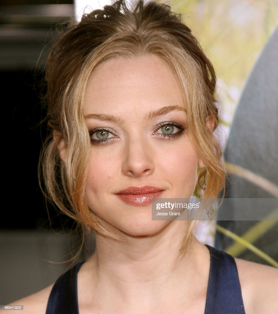 actress-amanda-seyfried-arrives-at-the-dear-john -world-premiere-held-picture-id96341320