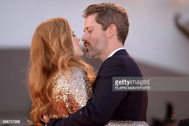 Actress Amy Adams and husband Darren Le Gallo kiss on the red carpet as they arrive for the premiere of the movie 'Nocturnal Animals' presented in...
