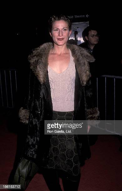 Actress Ana Gasteyer attends the premiere of 'Bridget Jones Diary' on April 2 2001 at the Ziegfeld Theater in New York City