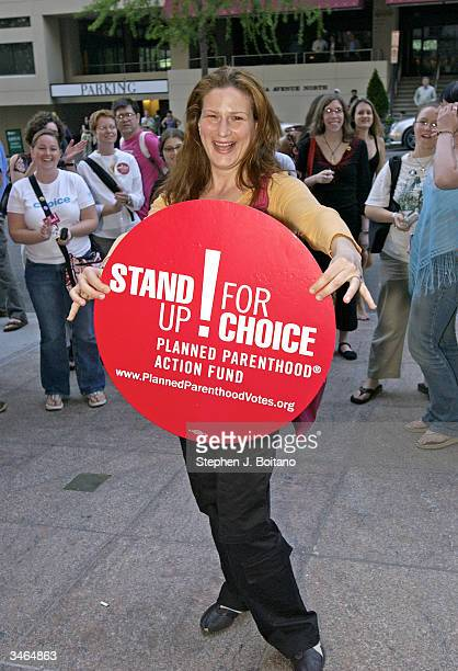 Actress Ana Gasteyer holds up a sign before the start of the Planned Parenthood 'Stand Up For Choice' Extravaganza on April 24 2004 in Washington DC...