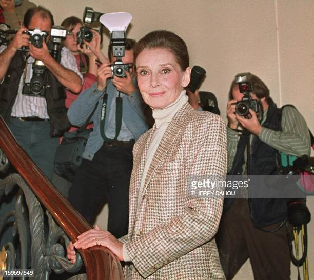 Actress and film star Belgian born Audrey Hepburn is surrounded by reporters 29 September 1992 during a press conference after her return from...