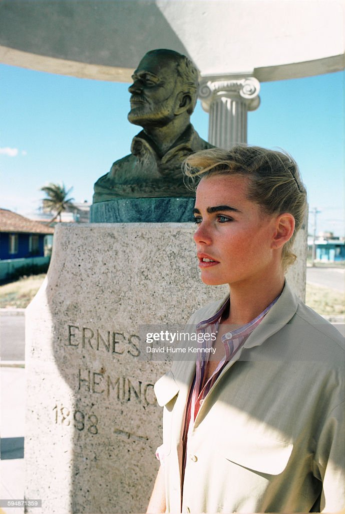 Margaux Hemingway and the Bust of Ernest Hemingway in Cojimar, Cuba : ニュース写真