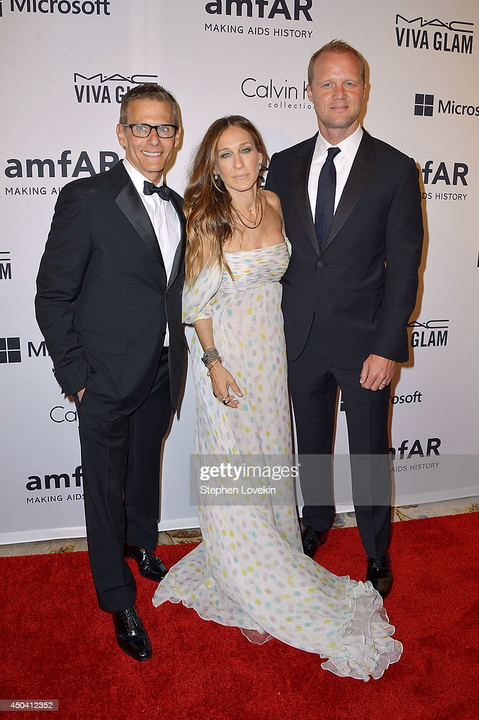 Actress and presenter Sarah Jessica Parker and HBO's programming president Michael Lombardo (L) and Sonny Ward (R) attends the amfAR Inspiration Gala New York 2014 at The Plaza Hotel on June 10, 2014 in New York City.