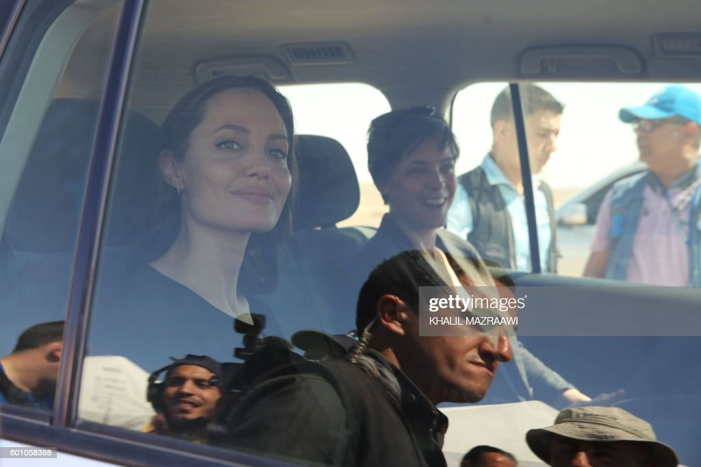 US actress and UNHCR special envoy Angelina Jolie (L) arrives at a Syrian refugee camp in Azraq in northern Jordan, on September 9, 2016. / AFP / Khalil MAZRAAWI