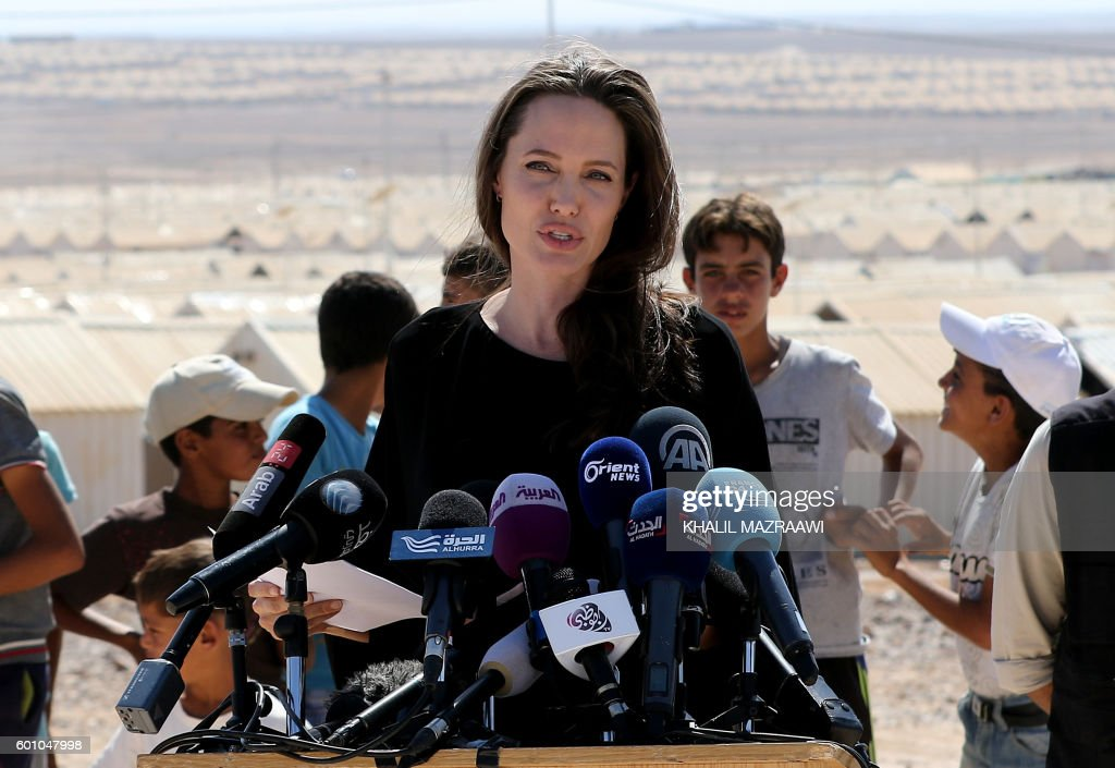 US actress and UNHCR special envoy Angelina Jolie talks during a visit to a Syrian refugee camp in Azraq in northern Jordan, on September 9, 2016. / AFP / Khalil MAZRAAWI