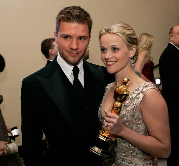 Actress And Winner Reese Witherspoon Poses With Her Oscar Husband Ryan Phillippe L