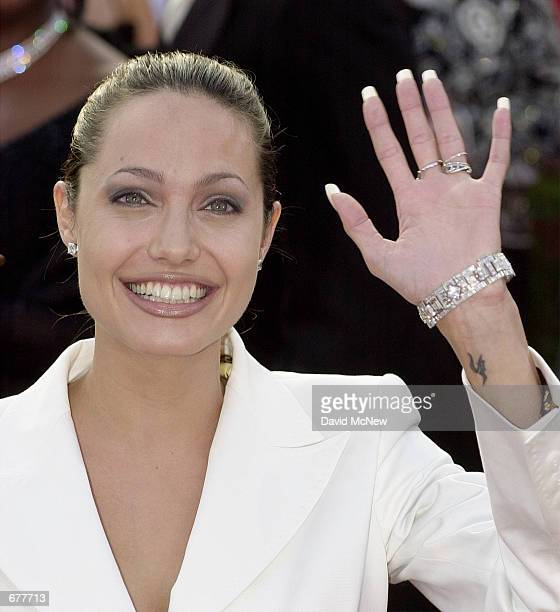 Actress Angelina Jolie arrives for the 73rd Annual Academy Awards March 25 2001 at the Shrine Auditorium in Los Angeles Jolie is wearing a Dolce and...