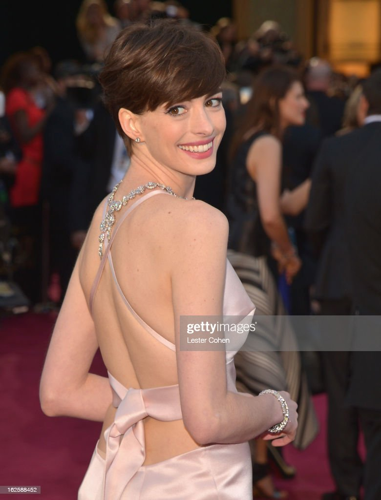 Actress Anne Hathaway, wearing Giorgio Armani, arrives at the Oscars at Hollywood & Highland Center on February 24, 2013 in Hollywood, California.