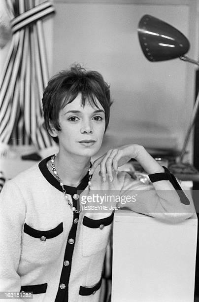 Actress Annie Fargue En octobre 1958 l'actrice Annie FARGUE avec un partenaire sur scène jouant au théâtre dans une salle projection posant vêtue...