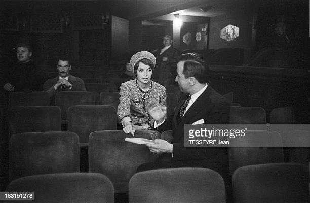 Actress Annie Fargue En octobre 1958 l'actrice Annie FARGUE dans une salle projection écoutant des instructions