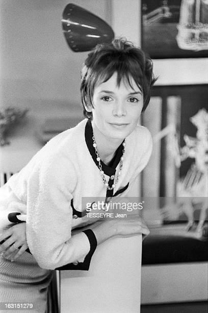 Actress Annie Fargue En octobre 1958 l'actrice Annie FARGUE posant vêtue d'un tailleur de laine dans le style CHANEL