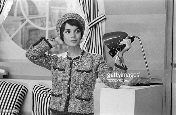Actress Annie Fargue En octobre 1958 l'actrice Annie FARGUE posant vêtue d'un tailleur de laine dans le style CHANEL avec un chapeau assorti